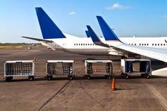 Aeroplano con los coches del equipaje Imagenes de archivo