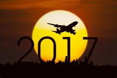 Aeroplano con números 2017 y una puesta del sol Imagen de archivo libre de regalías