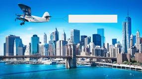 Aeroplano con un'insegna fotografia stock