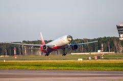 Aeroplano con un modello del leopardo sul decollo Fotografie Stock Libere da Diritti