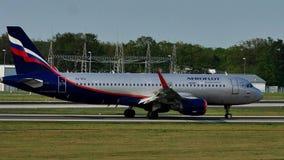Aeroplano de Aeroflot que lleva en taxi en el aeropuerto de Francfort, FRA