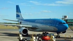 Aeroplano de Aerolineas Argentinas en la puerta del aeropuerto lista para subir y la salida imágenes de archivo libres de regalías