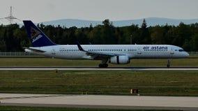 Aeroplano de Air Astana que lleva en taxi en el aeropuerto de Francfort, FRA
