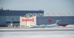 Aeroplano de Air Canada sobre el aeropuerto de Trudeau en Canadá imagenes de archivo