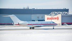 Aeroplano de Air Canada sobre el aeropuerto de Trudeau fotos de archivo libres de regalías