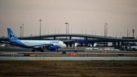 Aeroplano de Airbus de las líneas aéreas de Interjet listo para el despegue imagen de archivo