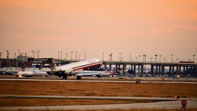 Aeroplano de American Airlines McDonnell Douglas que viene adentro para un aterrizaje fotos de archivo libres de regalías