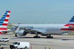 Aeroplano de American Airlines que lleva en taxi en el aeropuerto Foto de archivo