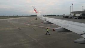 Aeroplano de Avianca que se mueve lentamente y dirigido por un operador del aeropuerto antes de despegue almacen de video