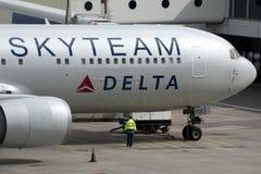 Aeroplano de Boeing 767 del delta de Skyteam Imagenes de archivo