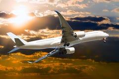 Aeroplano de fuselaje ancho civil en vuelo Fotos de archivo libres de regalías