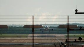 Aeroplano de fuselaje ancho que se acerca y que aterriza metrajes