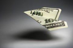 Aeroplano de la papiroflexia hecho fuera del dinero Foto de archivo