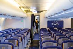 Aeroplano de Lufthansa Airbus A380 dentro de la azafata Imagen de archivo libre de regalías