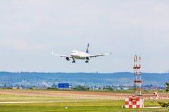 Aeroplano de Lufthansa en acercamiento de aterrizaje, aeropuerto Stuttgart, Alemania fotos de archivo