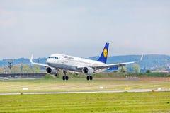 Aeroplano de Lufthansa en acercamiento de aterrizaje, aeropuerto Stuttgart, Alemania imagen de archivo libre de regalías