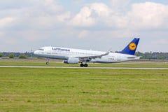 Aeroplano de Lufthansa en acercamiento de aterrizaje, aeropuerto Stuttgart, Alemania foto de archivo