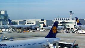 Aeroplano de Lufthansa en la puerta en Francfort Imagen de archivo