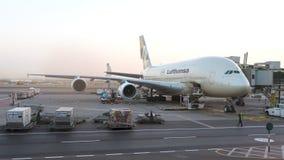 Aeroplano de Lufthansa A380 que es mantenido en el aeropuerto Editorial conceptual Foto de archivo