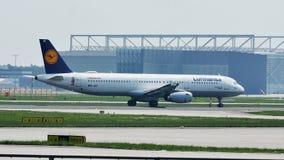 Aeroplano de Lufthansa que lleva en taxi en el aeropuerto de Francfort, FRA, Alemania