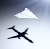 Aeroplano de papel con aspiraciones grandes Imagen de archivo
