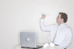Aeroplano de papel del hombre de negocios foto de archivo libre de regalías