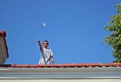 Aeroplano de papel que vuela del muchacho Foto de archivo libre de regalías
