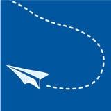 Aeroplano de papel que vuela en azul Fotografía de archivo