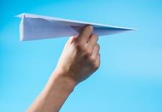 Aeroplano de papel y cielo azul Imagen de archivo