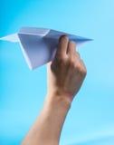 Aeroplano de papel y cielo azul Foto de archivo libre de regalías