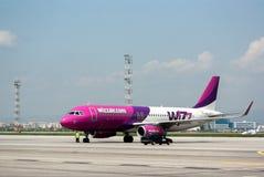 Aeroplano de Passanger en la pista del aeropuerto Imágenes de archivo libres de regalías