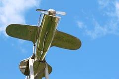 Aeroplano de plata en la parte superior del tejado Imagenes de archivo