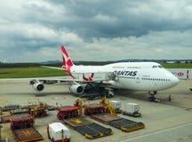 Aeroplano de Quantas en la pista de despeque en el aeropuerto debajo del cielo nublado en Brisbane Queensland Australia 11 23 201 Fotos de archivo libres de regalías