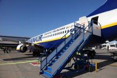 Aeroplano de Ryanair en el aeropuerto imagen de archivo