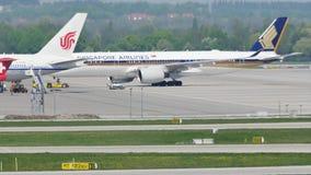 Aeroplano de Singapore Airlines echado atrás de la puerta terminal