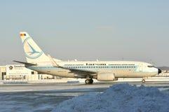 Aeroplano de Tarom en el aeropuerto de Bucarest Foto de archivo
