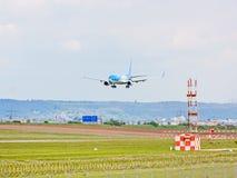 Aeroplano de TUIfly en acercamiento de aterrizaje, aeropuerto Stuttgart, Alemania fotos de archivo libres de regalías