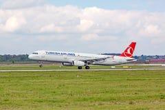 Aeroplano de Turkish Airlines en acercamiento de aterrizaje, aeropuerto Stuttgart, Alemania foto de archivo libre de regalías