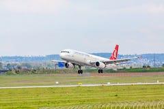 Aeroplano de Turkish Airlines en acercamiento de aterrizaje, aeropuerto Stuttgart, Alemania imagen de archivo libre de regalías