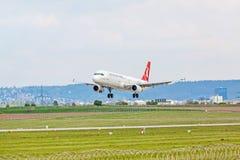Aeroplano de Turkish Airlines en acercamiento de aterrizaje, aeropuerto Stuttgart, Alemania imagen de archivo