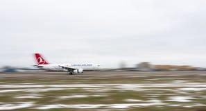 Aeroplano de Turkish Airlines en pista Imagen de archivo libre de regalías