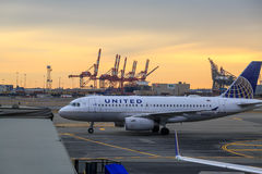 Aeroplano de United Airlines en el aeropuerto de Newark foto de archivo libre de regalías