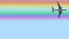 Aeroplano debajo del arco iris Imagen de archivo