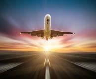 Aeroplano dei passeggeri che decolla la pista, effetto di moto della sfuocatura come fondo immagini stock libere da diritti