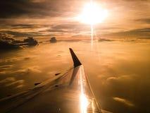 Aeroplano del ala en el cielo de la nube Fotografía de archivo libre de regalías