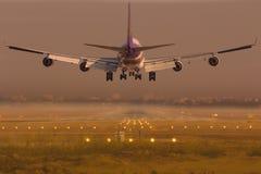 Aeroplano del aterrizaje de Thai Airways International Boeing 747 imágenes de archivo libres de regalías