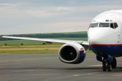 Aeroplano del aterrizaje en aeropuerto Foto de archivo libre de regalías