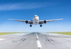 Aeroplano del aterrizaje exactamente en el aeropuerto de la pista imágenes de archivo libres de regalías