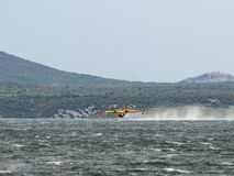 Aeroplano del bombero, bombardero del agua, el tanque del aire que toma el agua de t Fotografía de archivo