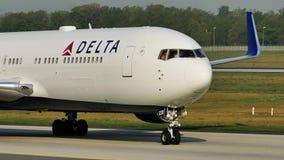 Aeroplano del delta que lleva en taxi en el aeropuerto de Francfort FRA almacen de metraje de vídeo
